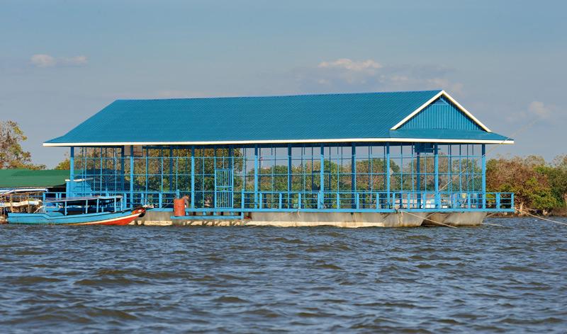 Это спортивный зал (баскетбольная площадка), плавающий, как и вся деревня. Подобные сооружения обычно являются дарами различных             благотворительных организаций, о чем свидетельствуют соответствущие надписи на табличках.