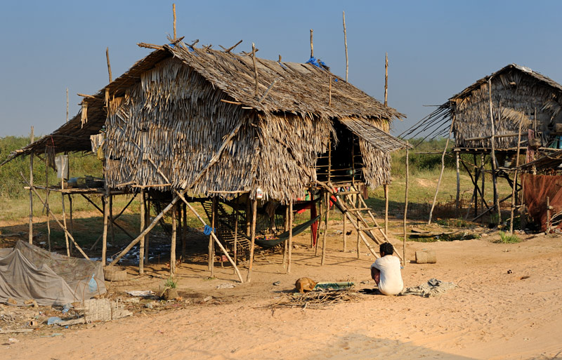 Лежащие вдали от шоссе населенные пункты обычно обделены не только храмами и магазинами, но даже вездесущими вывесками             Камбоджийской Народной партии.