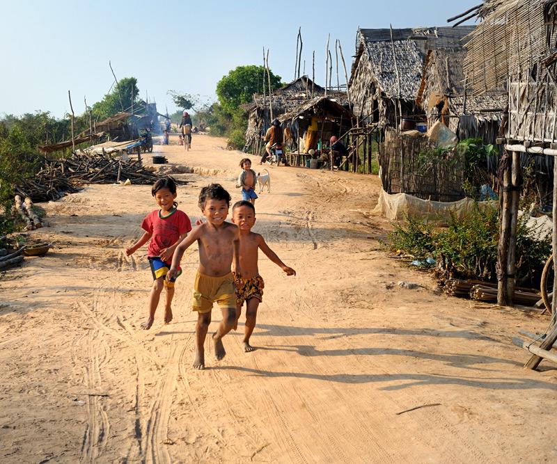Кхмерская деревня в стороне от проезжих дорог, добраться можно на велосипеде, мотоцикле или пешком.