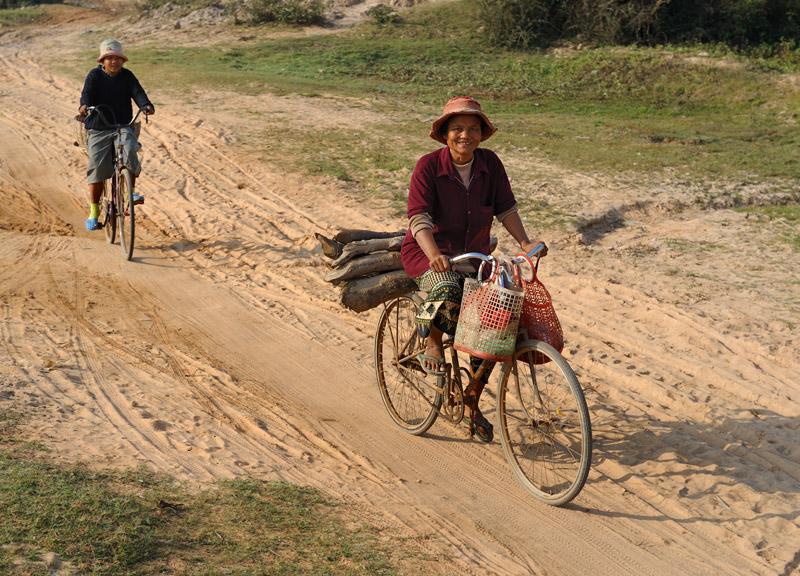 Веселые тетки на велосипедах возят дрова и всячески шуршат по хозяйственным делам.
