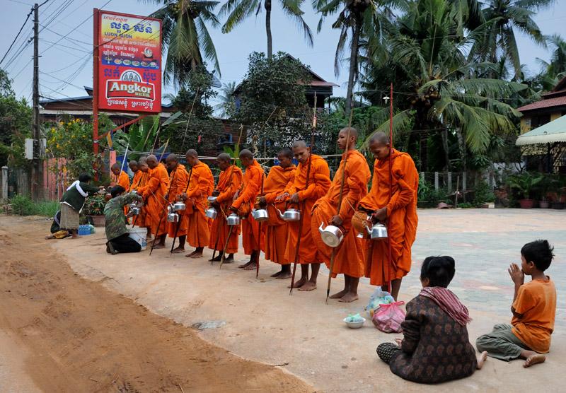 Хотя, в крупных населенных пунктах хватает нахлебников из монастырей, выстраивающихся порой целыми шеренгами в ожидании             продуктовых подношений.
