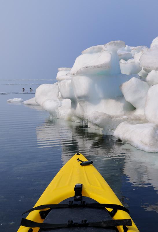 Местами из воды торчат целые айсберги, которые я безуспешно пытался использовать в качестве укрытия, в попытке сфотографировать             всякую водоплавающую дичь. Впрочем, фотоохота в мои планы совершенно не входила. Душа жаждала обледенелых холодных пейзажей и прочей             арктической экзотики.