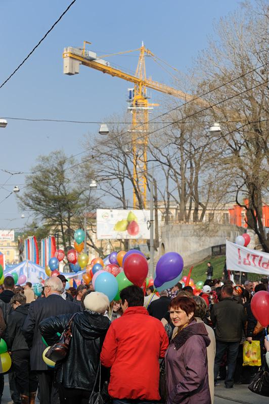 Под сенью раскидистых подъемных кранов, строящих мост через Золотой Рог, толклись неисчислимые участники шествия, согнанные             твердой рукой правящей партии на коллективное веселье.