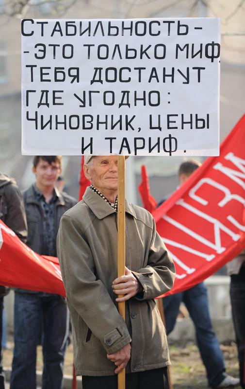 Мелкая кучка коммунистов засела в скверике, прилегающем к центральной улице города.