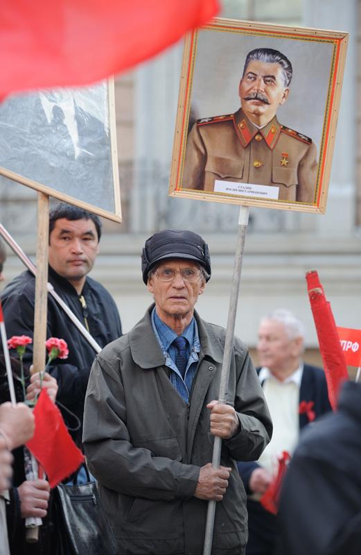 Вооружившись плакатами, портретом Сталина и вышибающими слезу взглядами, группа граждан вознамерилась покуситься на основы нашего             капиталистического государственного строя.