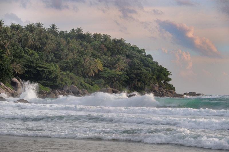 Июнь в Таиланде — сезон дождей. Сей факт выражается в непрерывно штормливом море и редких, пробегающих по синему небу, кучевых             облаках.