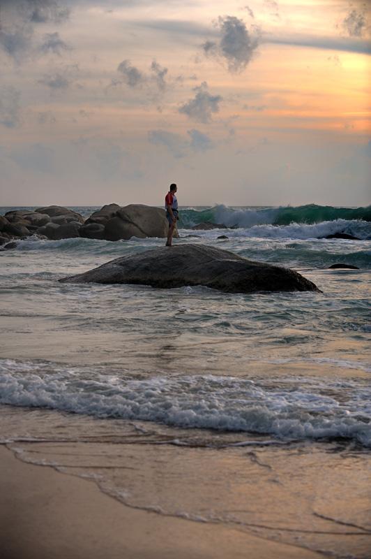 Впрочем, особой необходимости куда-либо ездить не возникает, пляж и отстроенные после последнего цунами харчевни находятся рядом.