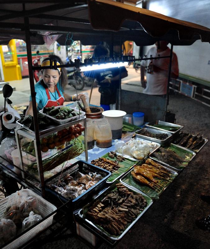 Наиболее дешевый вариант еды — рыба или различные детали курицы на палочках. Мотоциклы с передвижными кухнями кучкуются на             свободных пятачках вдоль обочин. Продукция вполне съедобна, хотя жаренная в изобилии масла пища быстро надоедает.