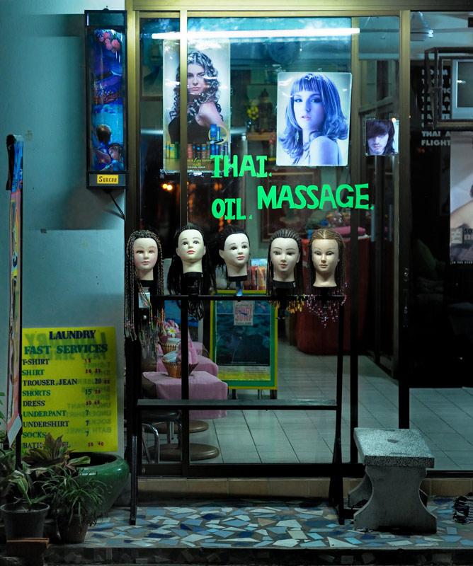 В витринах выставлены коллекции голов белых туристов, вероятно, чтобы отпугивать злых духов.