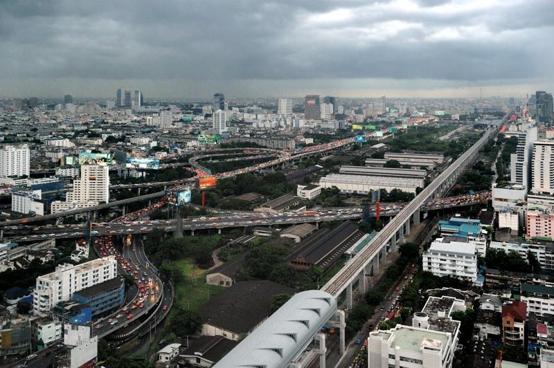 С высоты же птичьего помета ничто не выдает присутствие водяных магистралей в дебрях раскинувшегося до горизонта современного мегаполиса.