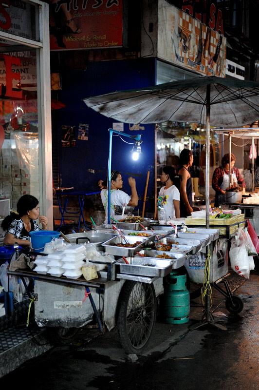 Узкие улицы окутаны запахом продуктов разной степени горелости и тухлости. Воистину, Бангкок —кулинарный рай. Изобилие хорошей и             разнообразной еды повсюду преследует ваш стремительно жиреющий организм.