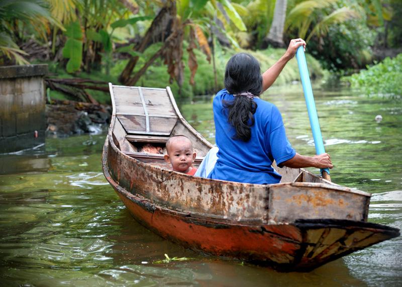 Развитая водная сеть сообщений активно используется местными жителями и алчущими экзотики туристами. Каналы образуют аккуратные улицы с             сырыми фасадами деревянных домов, батонящимися на каменных стенах мелкими крокодилами, и разнообразными плавсредствами, снующими в             зеленой теплой воде.
