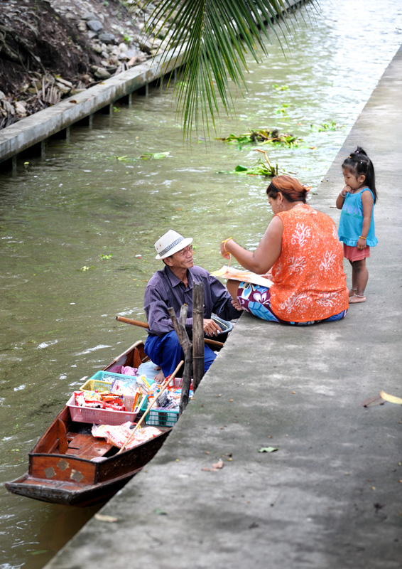 Из перечня стандартных туристических достопримечательностей особенно стоит выделить плавучий рынок (Floating Market) в мокнущем в сотне             километров от Бангкока городке с языкозаплетательным названием Dumnoen Saduak.