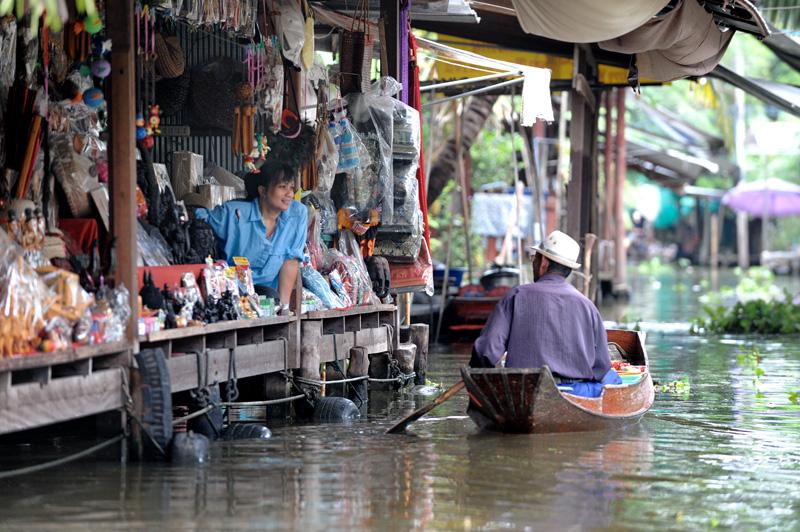 Рынок представляет собой разнообразные, курсирующие вдоль каналов, лодки с товарами и стационарные плавающие магазины.