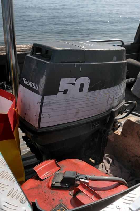 Как и у настоящей лодки на транце установлен древний, но бодрый, подвесной мотор, а также российский флаг (для маскировки).