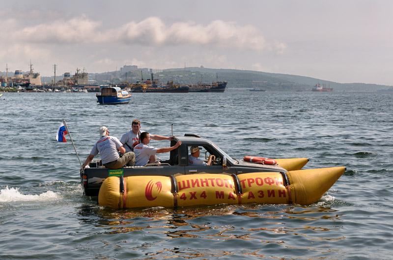 Покачиваясь на волнах, под музыку прощально тарахтящего двигателя, полная беженцев машина покидает владивостокские берега.