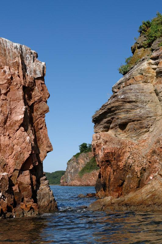 Каякеру доступна необычайная свобода выбора, для него гостеприимен любой берег, проходима любая глубина. Хочешь — греби посреди залива,             хочешь — внимательно обшаривай изрезанные сены берегов, протискиваясь между Сциллой и Харибдой.
