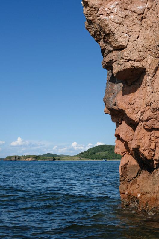 Словно суровые лики каменных исполинов, мрачно смотрящие на творящееся безобразие, нависают над головой пестрые громады приморских скал.