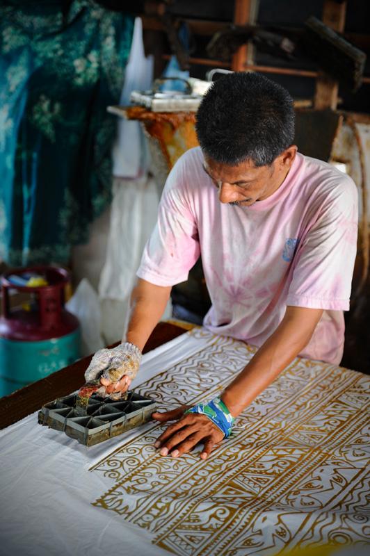 Ныне оставляющих за собой кровавые харчки малайцев я не встречал, однако, натуральный пигмент все еще используют для окрашивания тканей. Технология немудреная, но достаточно трудоемкая. В расплавленный воск окунают деревянный штамп,               после чего переносят оттиски вручную на ткань. Полотно окрашивают, воск отстирывают, на цветной ткани остается белый узор.