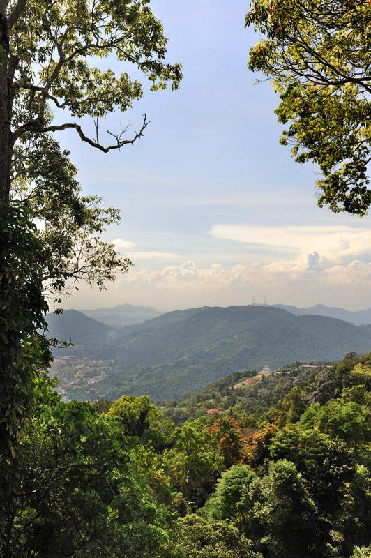 Поверхность острова сморщилась холмами, с наивысшего из которых — Пинанг Хилл, высотой 830 метров, можно обозревать окрестности. Любителей пеших прогулок, не желающих штурмовать фуникулер для спуска вниз, ожидает приятный сюрприз в               виде огромного горного парка в джунглях, с окультуренными дорожками, указателями и картами маршрута на деревянных щитах.
