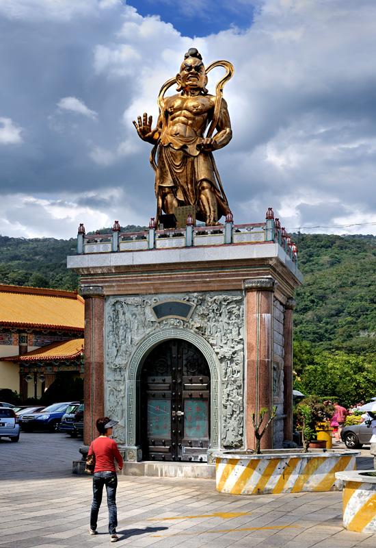 Вместо традиционной стоящей или лежащей фигуры метросексуального Будды культовые сооружения украшены более экспрессивными персонажами.