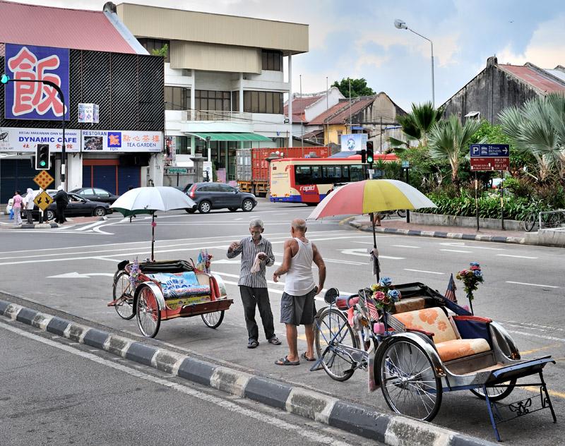 Местный транспорт лишен какого-либо колорита. Разве что есть велорикши для перевозки туристов. Выглядят они тут намного скромнее, чем в соседней Малакке, хотя достаточно удобны для праздных поездок в сплетении городских улиц.