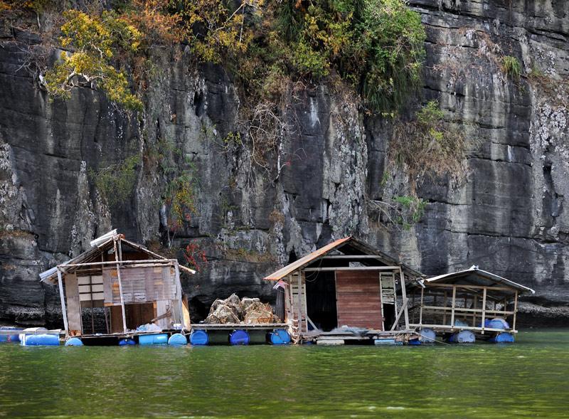 В живописных бухтах ютятся гидрохижины рыбаков и рыборазводчиков. Традиционные элементы водного мира равномерно раскиданы по закуткам               морской акватории и не образуют сколь-нибудь значительных скоплений. Плот из пластиковых бочек, садок с рыбой да сарай из палок и               ржавого кровельного железа — вот и вся нехитрая инфраструктура малазийской аквакультуры.