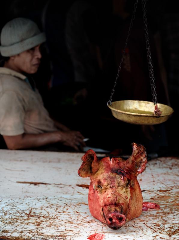 Но не увядшая флора интересует меня в этот раз. Ухмыляющиеся свинячьи головы намекают на близость мясных рядов с традиционным             местным ассортиментом продуктов.