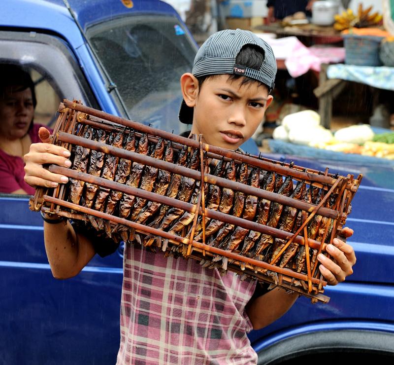 Копченая рыба продается прямо вместе с бамбуковой решеткой, примерно как мед в сотах.