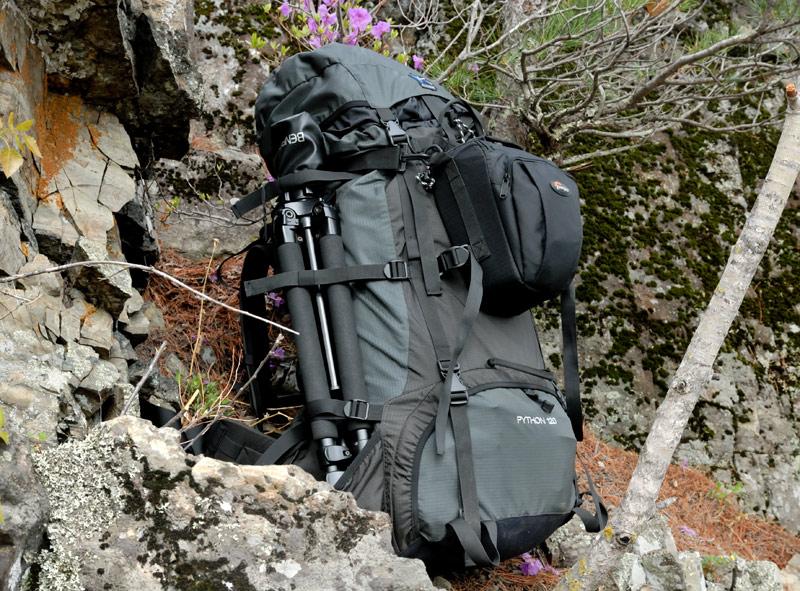 Автономные пешие походы в менее благоприятном климате, естественно, требуют другого рюкзака. В 120-ти литровый Баск Питон вставляю пенку, которая при любых падениях защитит содержимое. Одну из камер пристегиваю снаружи в сумке.