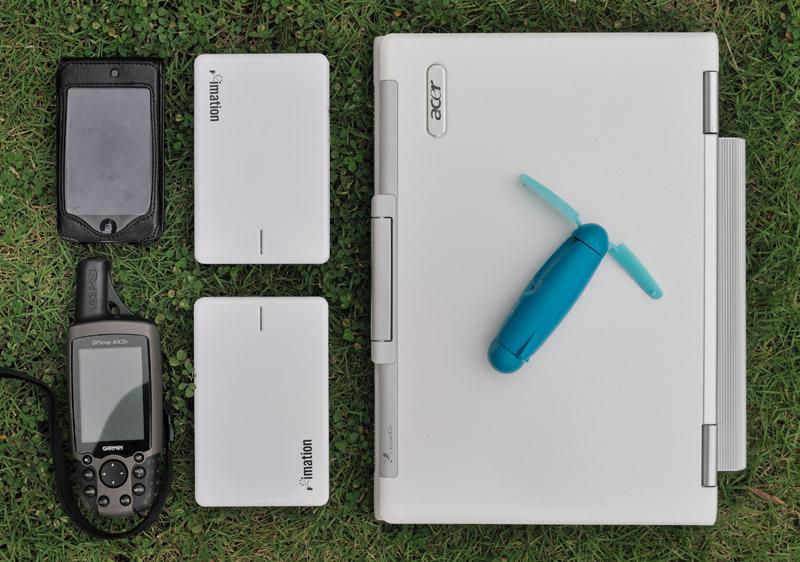 Кроме того, в рюкзаке гнездятся: ноутбук, два внешних жестких диска по 500 Гб каждый, iPod для написания заметок и GPS для определения куда же меня черт занес.                            На ноутбуке покоится архиполезная в джунглях и влажных лесах вещь — портативный электрический вентилятор. Никакие камлания с бубном не могут предотвратить запотевание передней линзы объектива в «банных» условиях. Пара секунд обдува               вентилятором и линза вновь сухая. Мне, как очкарику, периодически приходится обдувать еще и собственную морду лица.                                         Помимо вышеперечисленного с собой всегда есть: панамка от дождя и солнца, «лобковый» фонарик Petzl Zipka в чехле, влажные салфетки для протирки оптики, Ленспен, влажные салфетки для протирки рук и прочих частей тела, пластырь, складная               авоська, полиэтиленовый пакет или позаимствованная из отеля одноразовая шапка для душа (для защиты камеры в сильный дождь, специализированные чехлы от дождя подходят хуже), запас литиевых батарек, запасные аккумуляторы к камерам.                                         На фото также не показаны провода и зарядные устройства для всей этой радости.
