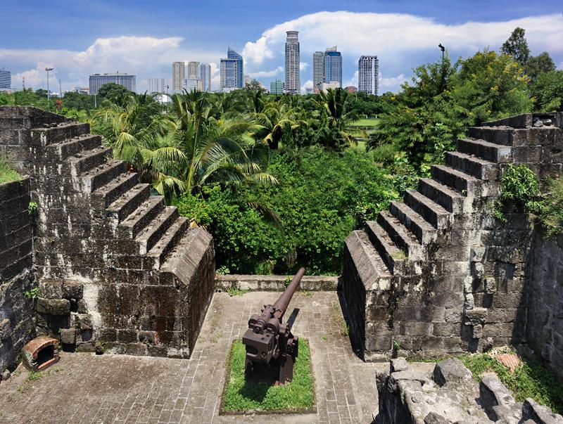 Уж не знаю, каким медом в этом месте намазано, но за свою полутысячелетнюю историю Манила оказывалась притягательной не только для улыбчивых островитян, но и для многочисленных захватчиков, коие не только меняли власть и религию, но и               не стеснялись изничтожать архитектурное наследие предшественников. В результате сейчас (особенно по результатам Второй мировой войны) Манила представляет собой современный город. Немногочисленые исторические здания, по сути, тоже               являются новоделом, восстановленные из каменного крошева, оставшегося после методичных бомбардировок.