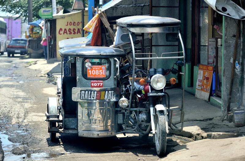 Начнем с традиционных для ЮВА мотоциклов с будками. Манильские пассажирские скворечники из жести напоминают помесь кофемолки с соковыжималкой. Пассажиры, сидящие внутри подпрыгивающей на кочках конструкции, могут в полной мере ощутить               себя как перемалывающимися кофейными бобами, так и давленными апельсинами.
