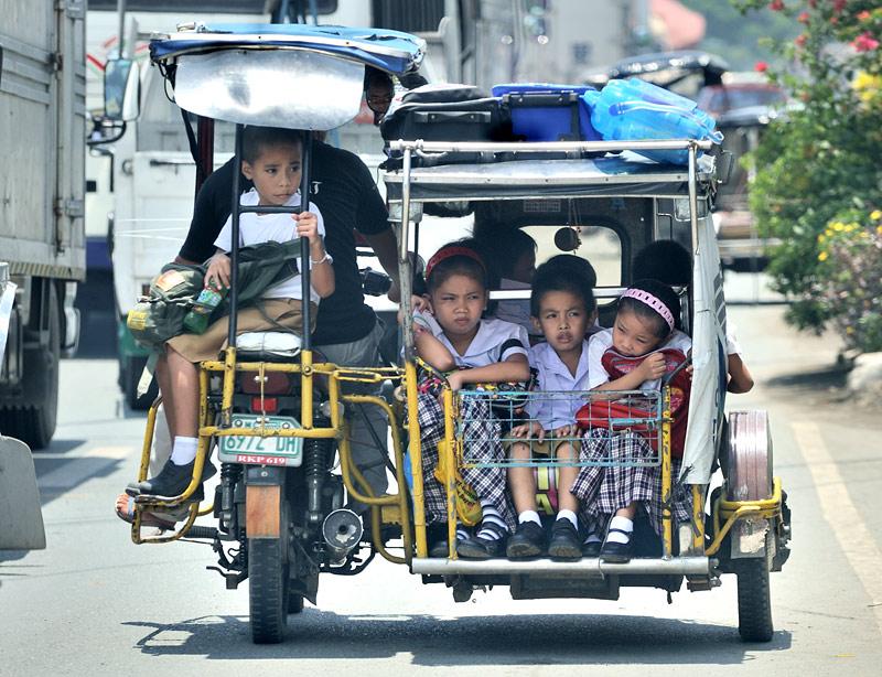 Фаршированные школьниками трехколесные тарахтелки бодро снуют меж скучающего в пробках более крупного автотранспорта.
