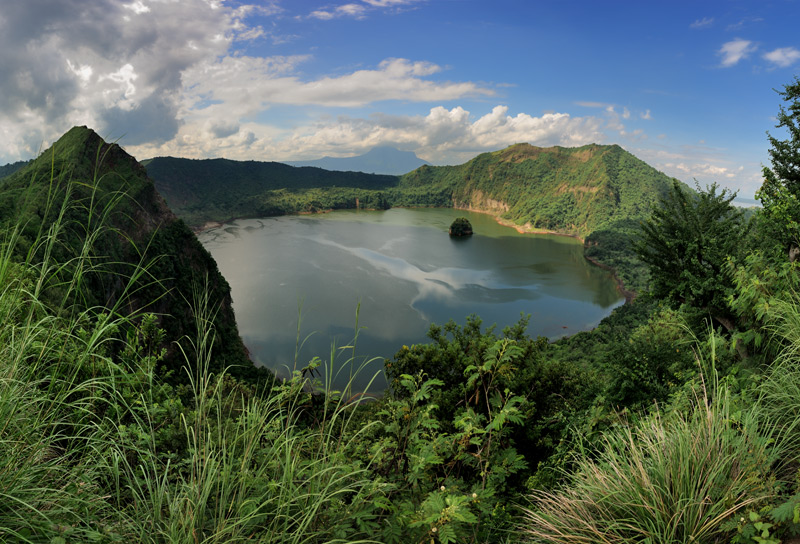 В полусотне километров от Манилы периодически пыхтит пеплом и ядовитым газом вулкан Тааль — самый маленький вулкан планеты. Вулкан располжен посреди большого озера, образовавшегося в кальдере более крупного вулкана и, в свою очередь,               содержит в своем кратере еще одно озеро.Зеленые склоны кальдеры густо усеяны небольшими отелями и дачами иностранцев (главным образом корейцев). Несколько раз в столетие идиллия прерывается мощными извержениями, уничтожающими все живое               на километры вокруг.
