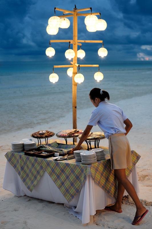 С заходом солнца активизируются околопляжные тошниловки, предлагая хороший сервис и роскошные обеды за символическую цену. Морепродукты, фрукты, мясо в изобилии готовы вторгнуться в оголодавший желудок. Филиппинская кухня вполне               съедобна, если не считать страсти обильно поливать блюда маслом. Жирная пища явно лишняя в столь теплом климате.