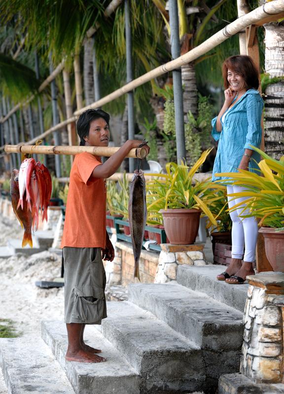 Как видно, филиппинский рыбный бизнес умудряется обходиться без навязчивой опеки ветврачей, сельхознадзора и прочих бесчисленных и давно привычных россиянам упырей. Наловил рыбы — тут же пошел продал ее хозяйке ближайшего               ресторана.