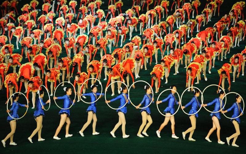 Если взять большое количество человекоединиц, из них можно выкладывать различные узоры на поле стадиона.