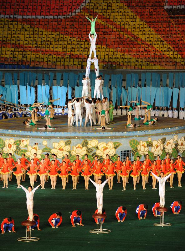 А из гимнастов неплохо получаются башни, почему-то с зеленой верхушкой. Вероятно, это символизирует большую березу с дуплом, где таились доблестные революционеры.