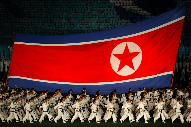 Представление щедро сдобрено красными флагами, революционной символикой, многоцветьем костюмов и обилием персонажей.