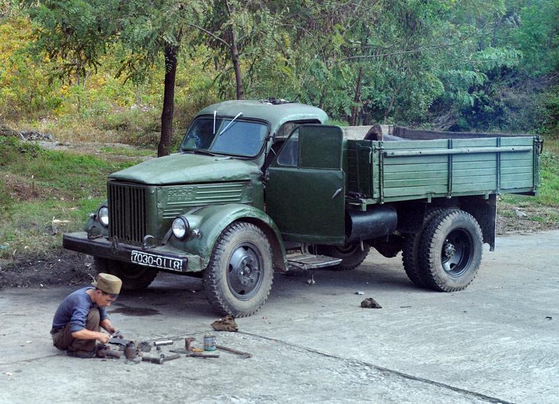 От гимнастических шоу плавно перейдем к рассмотрению северокорейского транспорта. Исключая автомобили на дровах, тут нет каких-либо особо интересных и колоритных машин, но кое-что вполне достойно внимания.