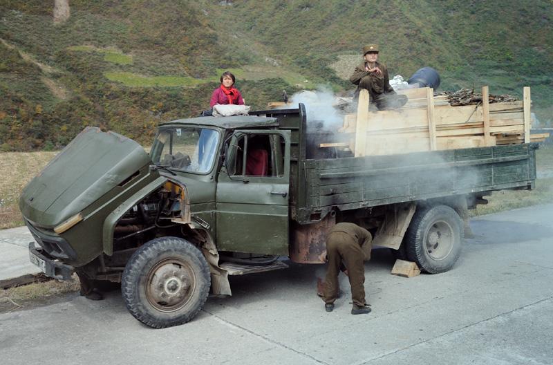 Горные перевалы тяжело даются престарелой технике. Вдоль дороги встречается куда больше поломанных машин, чем передвигающихся своим ходом.