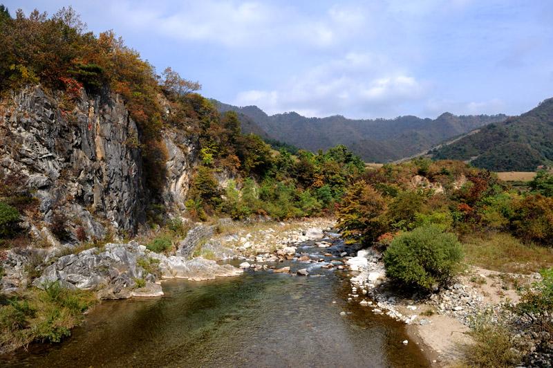 Но природа, какая тут природа! Кристально прозрачные реки, нетронутые горы, поросшие причудливыми соснами. Буйство красок и форм. Прозрачный воздух до головокружения пропитан стойким хвойным запахом.