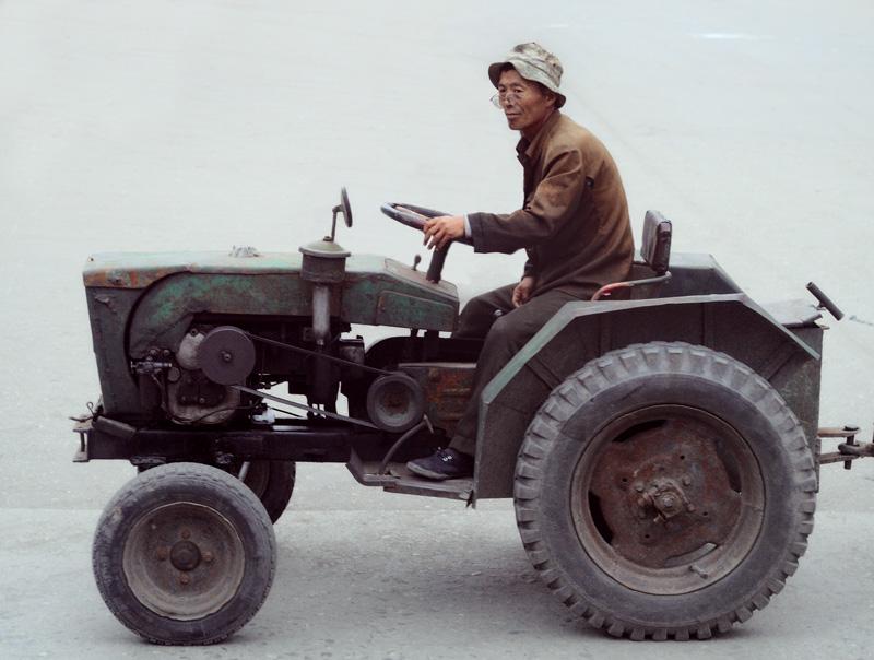 Трактора также серийного производства, даже достаточно древней на вид конструкции. Хотя, в соседнем Китае, такой транспорт часто собирается самостоятельно из случайных деталей и узлов.