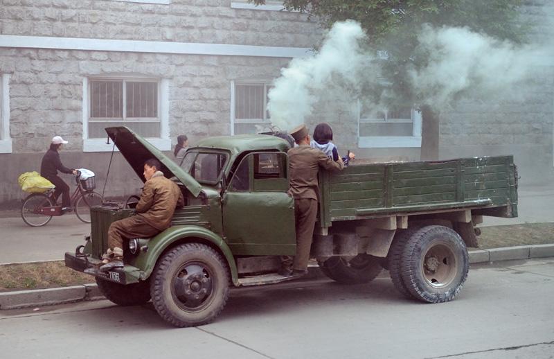 Особенно много нащелкал знаменитых грузовиков с газогенераторами. В кузове подобного пепелаца стоит закопченая бочка, куда с энтузиазмом пихают дрова. Газ, получающийся в процессе такого безобразия, подается в двигатель. В промежутках               между ремонтами конструкция уверенно двигается по дороге без всякого бензина. Исключительно силой дров и идей чучхе.