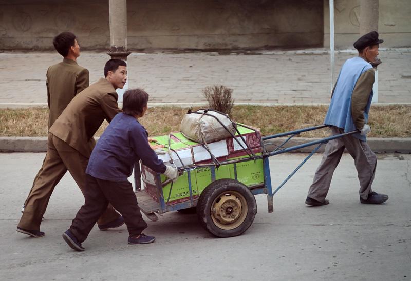 Очень много людей с метлами, очень мало мусора. Помимо обязаности трудящихся убирать перед уходом на работу закрепленную территорию, наблюдается немалое поголовье штатных дворников.