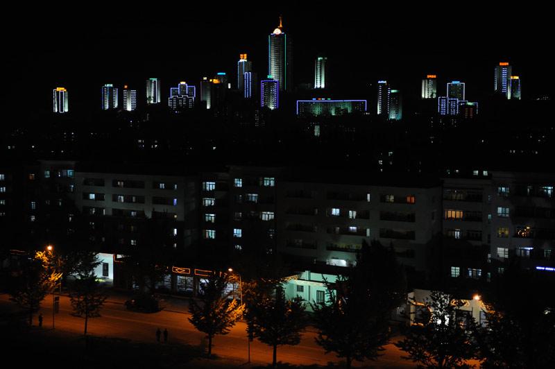 Вид на ночной Вонсан. Днем он выглядит не столь ярко.