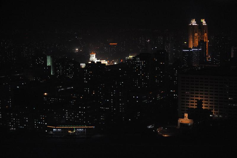 Ночью Пхеньян едва виден. Абсолютное отсутствие светящейся рекламы и тусклые лампочки в квартирах. Подсвечены несколько монументов, дворцов и гостиниц. Внимательно изучал окна домов, вопреки расхожему мнению, шторы есть практически               везде.