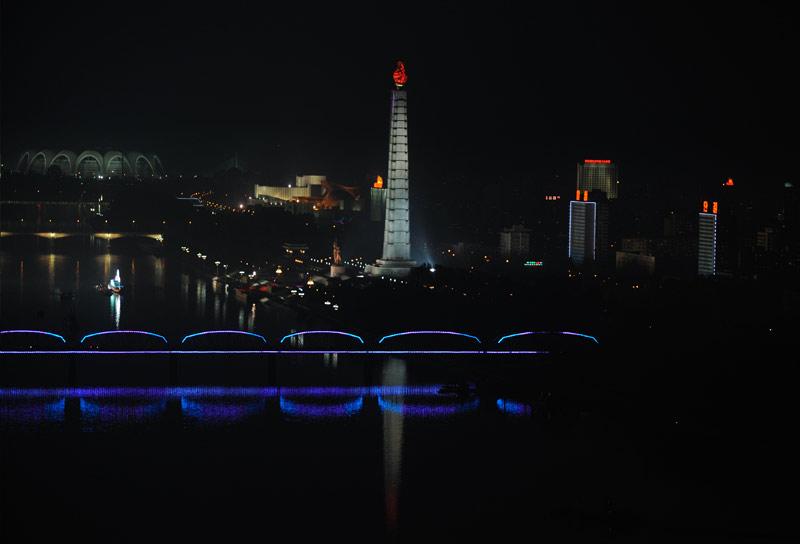 В центре монумент идей чучхе, слева виден стадион, где проводится Ариран.