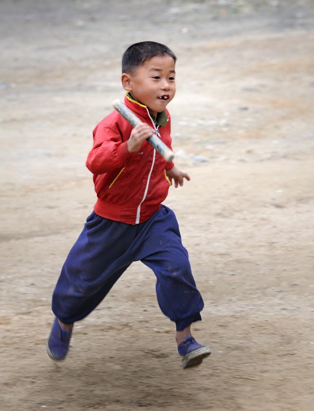 Дети со скоростью спортсмена-разрядника бегают во дворе эстафету.